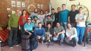 Los músicos y el director de la Paraná Big Band.