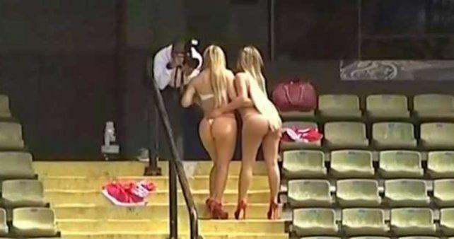Dos chicas sin ropa en la Bombonera dejaron a  todos con la Boca abierta