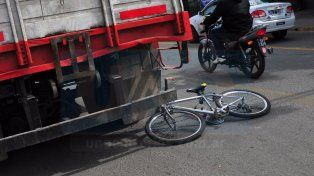 Un ciclista quedó aprisionado entre un camión en doble fila y una camioneta policial