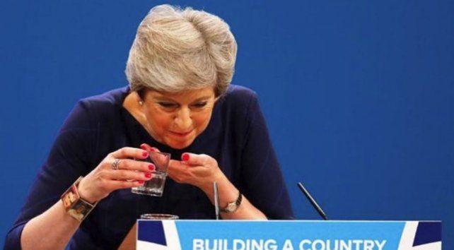 La primera ministra británica se atragantó en medio de un discurso