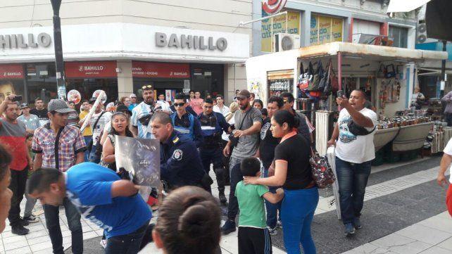 El momento en que la policía se lleva a uno de los manteros detenido. Foto UNO.