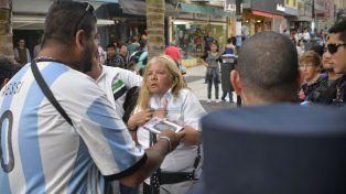 La inspectora municipal explica que está haciendo su trabajo. Foto UNO Mateo Oviedo.