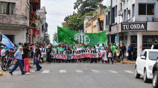Movilización. La columna recorrió varias calles céntricas de Paraná y culminó en Casa de Gobierno