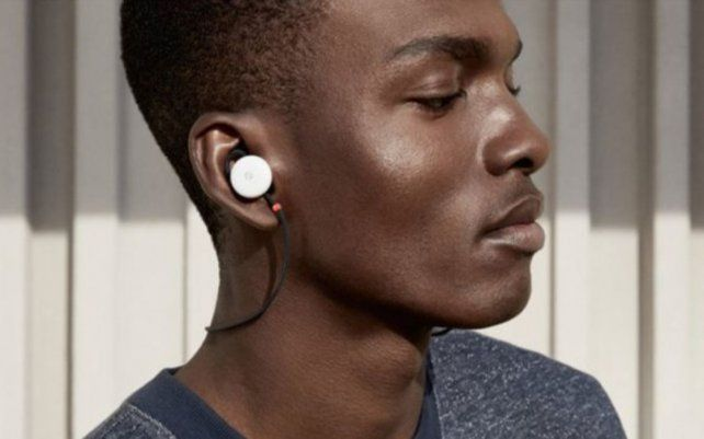 Google lanzó unos auriculares que pueden traducir 40 idiomas