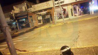 A las 3 de la mañana los policías seguían haciendo las pericias. Foto UNO.