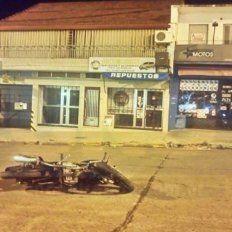 La moto se deslizó por el asfalto varios metros después del impacto. Foto UNO.