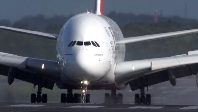 Arriesgado aterrizaje: El mayor avión de pasajeros del mundo en medio de una fuerte tormenta
