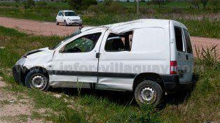 Una familia fue hospitalizada tras volcar la camioneta en la que viajaban