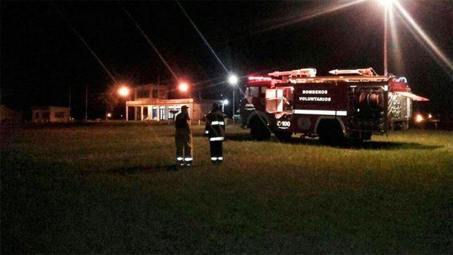 Bomberos esperaron al avión sanitario que iba a trasladar al niño a Buenos Aires.