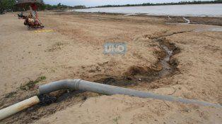 Como cada vez que baja el río el caño de los baños queda al aire libre. Foto UNO Juan Ignacio Pereira.