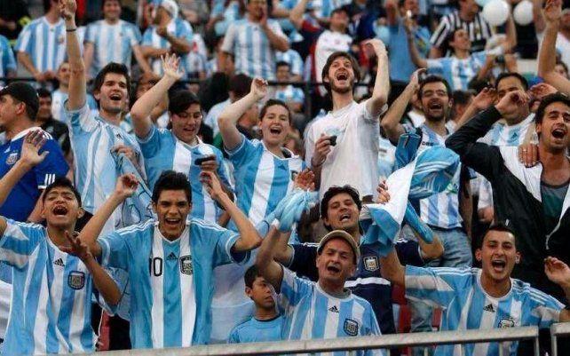 Los hinchas de la Selección esperan un triunfo esta noche y poder así disfrutar el Mundial de Rusia.