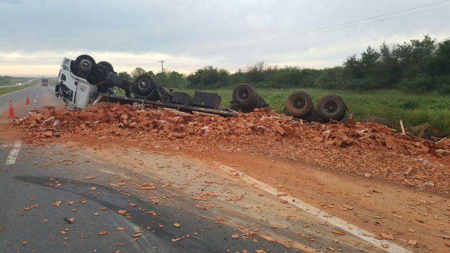 Un camión cargado de ladrillos volcó en la ruta nacional 14