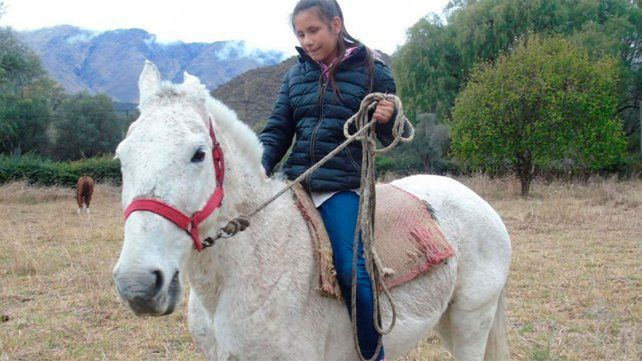 Lucía cabalga para ir a la escuela.
