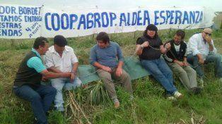 Protesta. Los hombres se encadenaron al costado del camino