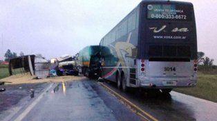 Tres muertos al chocar un colectivo y dos camiones en Santa Fe