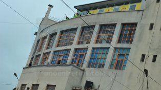 Un hombre murió al arrojarse al vacío desde el edificio Municipal de Cinco Esquinas