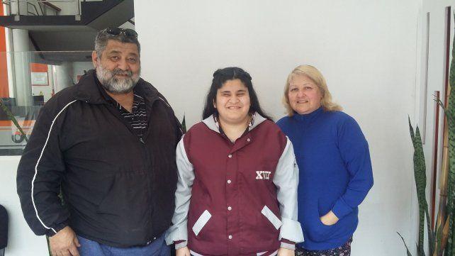 Satisfacciones. Mariam y sus padres se mostraron felices porque este año culminan una etapa.UNO/Vanesa Erbes