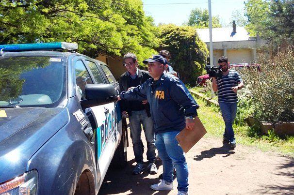 El profesor subiendo a la camioneta de la Federal. Foto Diario Textual.