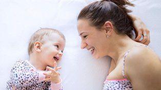 Por qué la manera en que una madre le habla a su bebé es más compleja de lo que parece