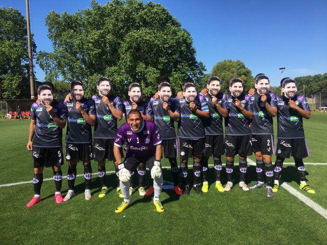 Los jugadores de Sacachispas posaron con caretas de Lío Messi