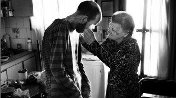 Amor de madre. Bety seca las lágrimas de su hijo, cuando él no puede hacerlo solo, y le infunde fuerzas.