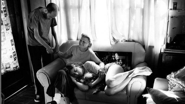 En familia. Su madre y su hija lo contienen