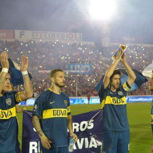 Pablo Pérez, el capitán de Boca, levanta los brazos y saluda a la gente. Foto UNO Juan Manuel Hernández.