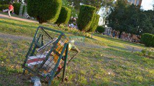 El basurero roto lleno de basura. Foto UNO Juan Manuel Hernández.