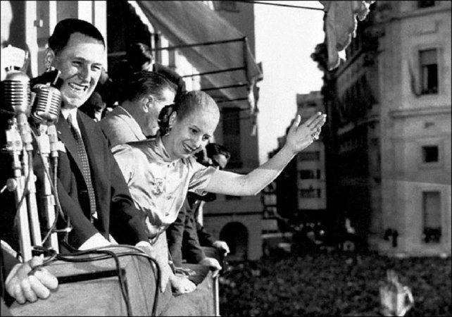 Día histórico. Juan Domingo Perón junto a Evita saludan a la multitud que los aclamaba en la Plaza de Mayo.
