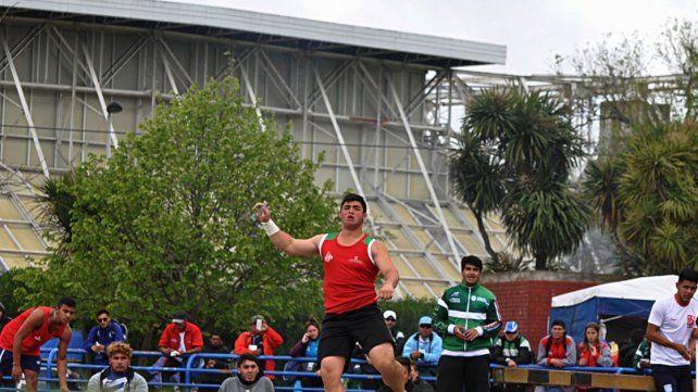 Nazareno Sasia disfruta de las medallas doradas que consiguió en los Juegos Evita