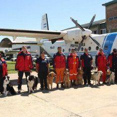 La brigada de perros rastreadores de cadáveres que el Consejo Nacional de Bomberos Voluntarios envió a Chubut, y que esta mañana halló un cuerpo en el río Chubut.