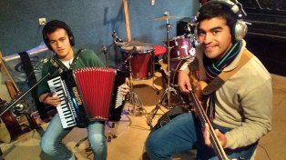 Disco en mano, los ganadores  de La Tocata salen a tocar en vivo