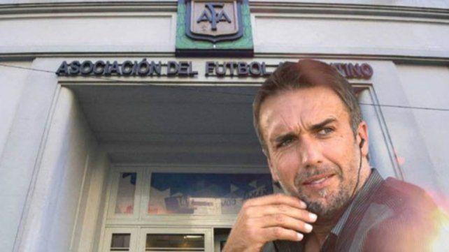 Gabriel Batistuta con los tapones de punta contra AFA