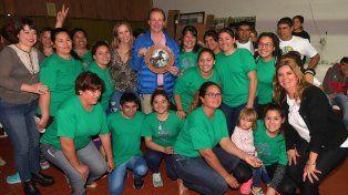 Campaña. El gobernador y sus candidatas con las integrantes de una cooperativa de mujeres.