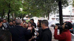 Diálogo. Lauritto habló con los manifestantes y se comprometió a alquilar un lugar.