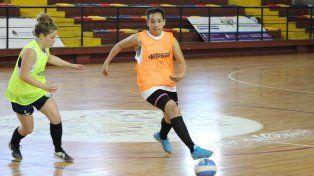 Bárbara Ruiz y Flor Arce en plena acción. Las jugadoras tuvieron un fin de semana exigente.