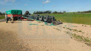 Por no chocar otro vehículo, volcó un camión que trasladaba alimento balanceado