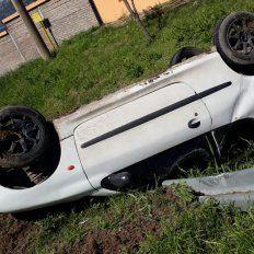 Brusca frenada. El auto volcó dentro de la localidad de Oro Verde.