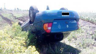 Mala maniobra. La conductora perdió el control del auto y tumbó en la ruta 32.