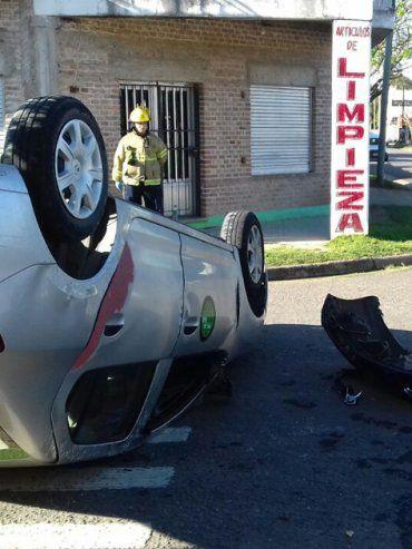 Accidente en barrio Paracao: Remis chocó contra otro auto y las pasajeras fueron hospitalizadas