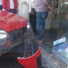 Estacionó el auto sin cambio ni freno de mano y chocó una vidriera
