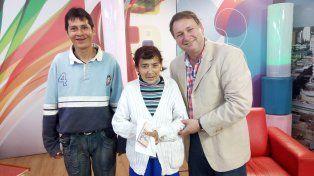 Raquel, entre su hijo y Horacio, feliz de haber recibido el dinero en efectivo.