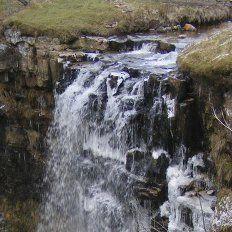 Fenómeno climático hace que una cascada fluya hacia arriba