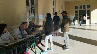 Los primeros en votar en la escuela Del Centenario