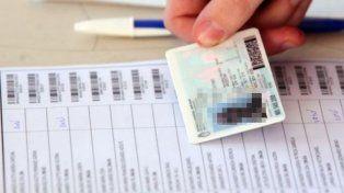 Un anciano metió por error su DNI en la urna y frenó la votación