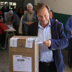 El intendente Varisco emite su voto. Foto UNO Diego Arias.