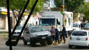 Policias dialogan en la esquina del choque.