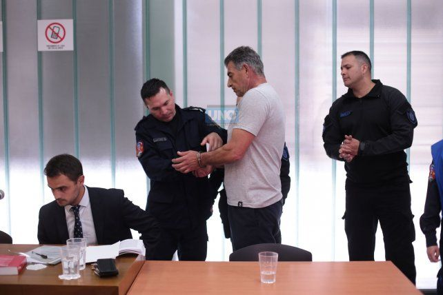 A Vitali le colocaron las esposas para llevarlo al Penal de Paraná. Foto <b>UNO</b> Juan Ignacio Pereira.