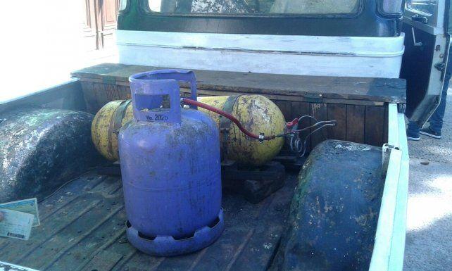 La garrafa conectada al tubo de GNC.