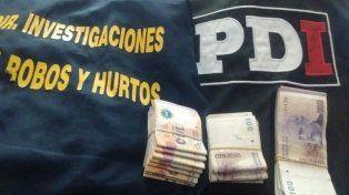 El botín. Parte del dinero robado fue encontrado en la casa del sospechoso. PER